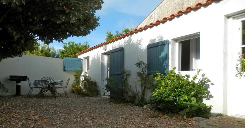 """Gite 2** """"Les granges"""" en Vendée, Pays de la Loire, Atlantique, cours avec table, chaises, barbecue"""