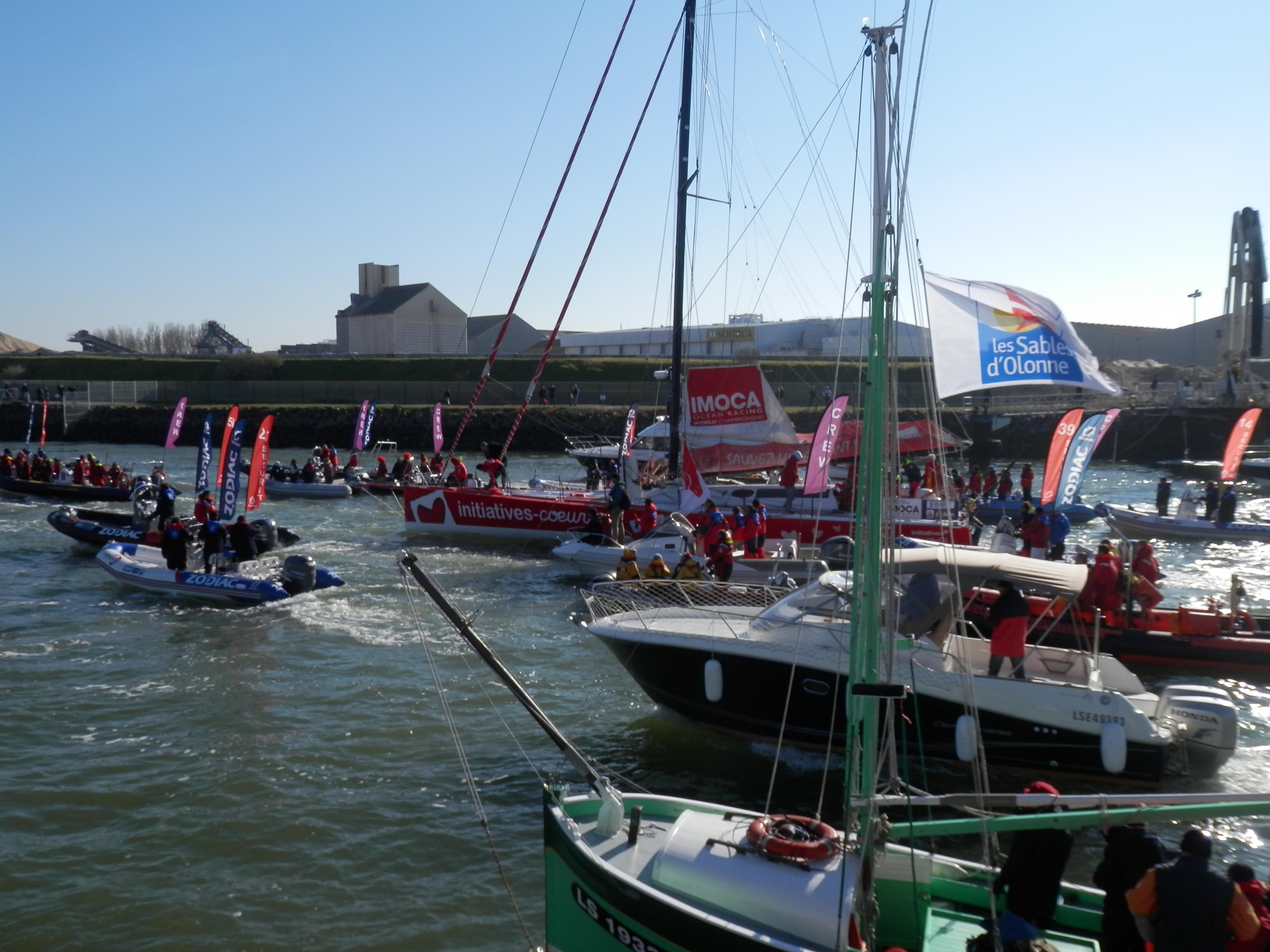 Vendée Globe Challenge : arrivée de l'Imoca d'Initiatives-coeur de Tanguy de Lamotte, dans le chenal du port des Sables d'Olonne, Vendée, côte atlantique